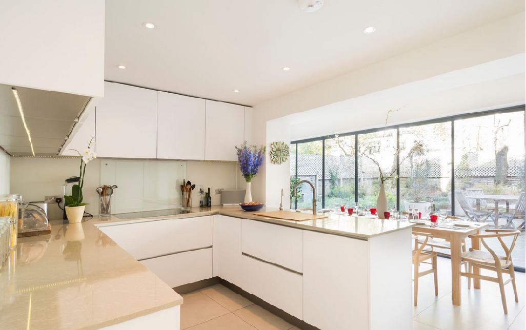 Uma cozinha branca pode impactar o espaço com o desenho da marcenaria, com a iluminação de destaque e com utensílios criativos que temos a disposição no mercado.