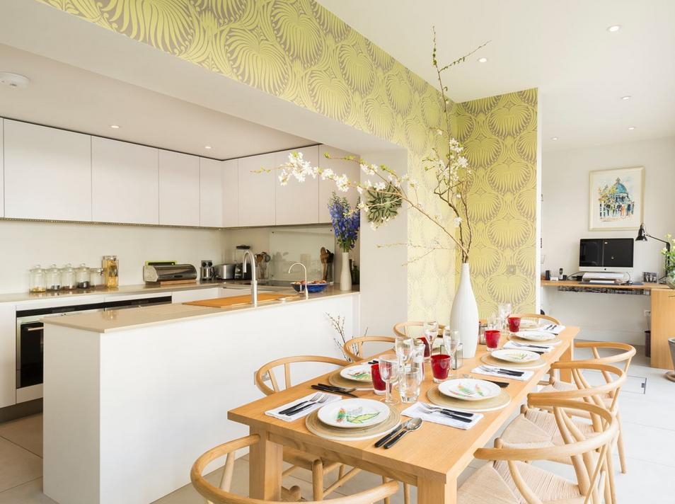 Cozinhas integradas são comuns hoje nos projetos, leve a elas estilo destacando paredes e diversificando o mobiliário.