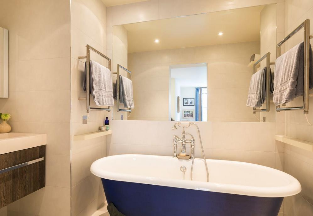 As banheiras nos banheiros trazem momentos de relaxamento. Se tem espaço mas não quer construir uma base para a banheira tradicional, opte pelas banheiras de imersão. São estilosas e vão brilhar em seu banheiro.
